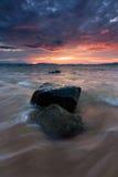 与剧烈的波浪的日落在沙巴,东马来西亚 免版税库存图片