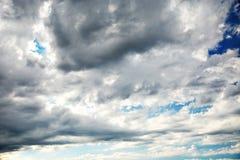 与剧烈的黑暗的云彩的天空 免版税库存图片