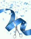 与剪刀丝带和五彩纸屑的蓝色背景 盛大开幕式邀请卡片 库存照片