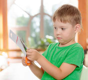 与剪刀纸板的男孩裁减 库存照片