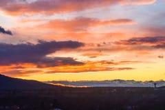 与剪影林木线和火云彩的多色的日落 免版税图库摄影