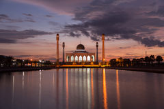 与剪影清真寺的美好的日落 免版税库存照片