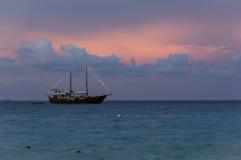 与剪影风船的美好的日落在Similan海岛,泰国 免版税库存照片