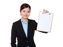 与剪贴板的女实业家展示 免版税库存图片