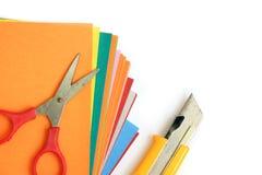与办公室和学校的五颜六色的纸固定式在白色 库存照片