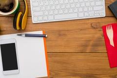 与办公室的工作场所背景在木桌面,平展位置上反对 免版税库存图片