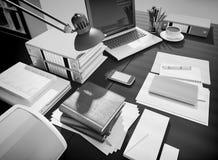 与办公用品和咖啡的木桌 库存图片