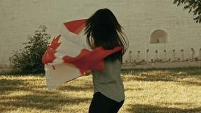 与加拿大国家旗子的女孩跳舞 股票录像