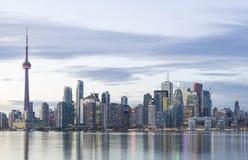 与加拿大国家电视塔和财政区摩天大楼的街市多伦多地平线 图库摄影