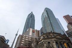 与加拿大国家电视塔的CIBC中心在背景中在多伦多的中心 库存图片