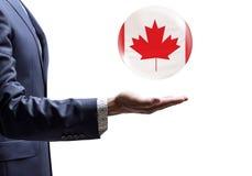 与加拿大旗子的商人当前泡影 库存图片
