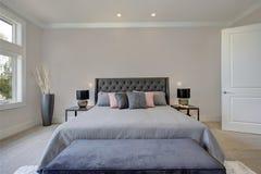 与加长型的床的主卧室内部 免版税图库摄影
