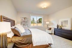 与加长型的床的主卧室内部 图库摄影