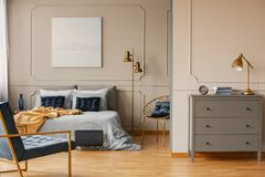 与加长型的床的卧室内部,绘在墙壁和灰色洗脸台上 库存图片
