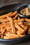 与加香料的盐的白薯油炸物 免版税图库摄影