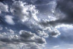 与动态云彩的抽象天空背景 免版税图库摄影