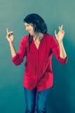 与动态手势的快乐的30s妇女跳舞 免版税图库摄影