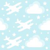 与动画片玩具飞机和云彩的男婴无缝的样式 免版税库存照片
