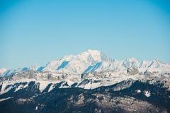 与勃朗峰地标峰顶的美好的法国阿尔卑斯冬天全景风景在背景中 库存图片