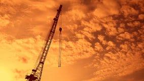 与勾子日落录影剪影的起重机景气