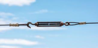 与勾子的金属绳索 免版税库存照片