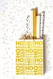 与包装纸的金黄圣诞节购物袋 免版税图库摄影