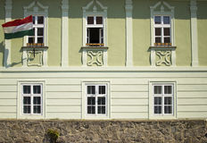 与匈牙利旗子的大厦 库存图片