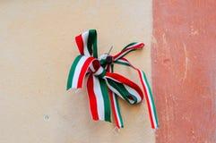 与匈牙利的全国颜色的丝带栓了由oldcastle墙壁决定在穆卡切沃,乌克兰 独立日概念 免版税库存照片