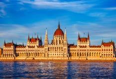 与匈牙利议会的日落晚上在布达佩斯 免版税库存图片
