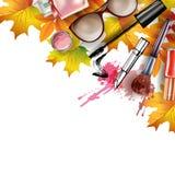 与化妆用品和秋叶的秋天背景 向量 库存图片