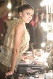 与化妆用品的时装模特儿在化装室 免版税库存照片