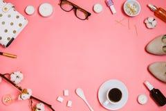 与化妆用品的美好的flatlay框架安排、计划者、杯子浓咖啡,玻璃和其他秀丽或者企业辅助部件 免版税图库摄影
