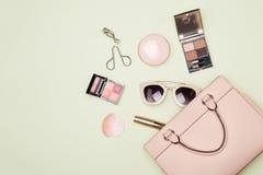 与化妆袋子的构成产品在颜色背景 免版税图库摄影