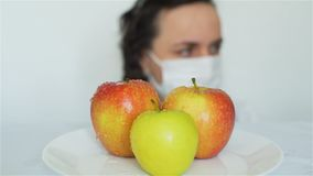与化学制品的女性喷洒的GMO苹果 影视素材