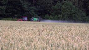 与化学制品的被弄脏的农业拖拉机浪花麦田临近林木 影视素材