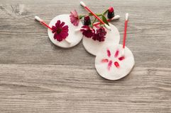 与化装棉和花的Skincare项目在背景 容器棉花医疗保健用品 库存照片