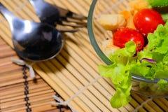 与匙子和叉子的新鲜的蔬菜沙拉 图库摄影