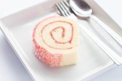 与匙子和叉子的桃红色果酱卷蛋糕 库存图片
