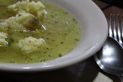 与匙子和叉子的自创汤面 免版税图库摄影
