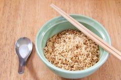 与匙子和筷子的方便面 库存图片