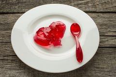 与匙子的红色jello 免版税库存照片