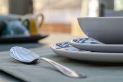 与匙子的饭桌 免版税库存图片