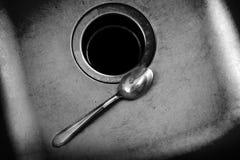 与匙子的水槽在厨房Homelife里 图库摄影