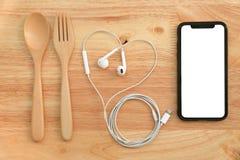 与匙子,叉子,耳机的平的位置吃和娱乐和 库存图片