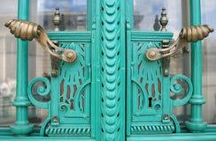 与匙孔和把柄的古色古香的锻铁门细节 免版税库存图片