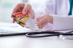 与医学和便携式计算机的医疗概念 免版税图库摄影