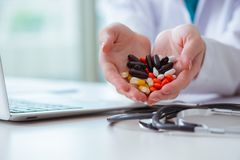 与医学和便携式计算机的医疗概念 免版税库存照片