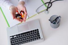 与医学和便携式计算机的医疗概念 免版税库存图片