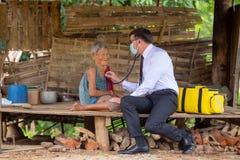 与医生参观家医疗保健的老妇人幸福  免版税库存照片