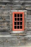 与十二个玻璃镜框的唯一红色窗口在被风化的谷仓墙壁的 图库摄影